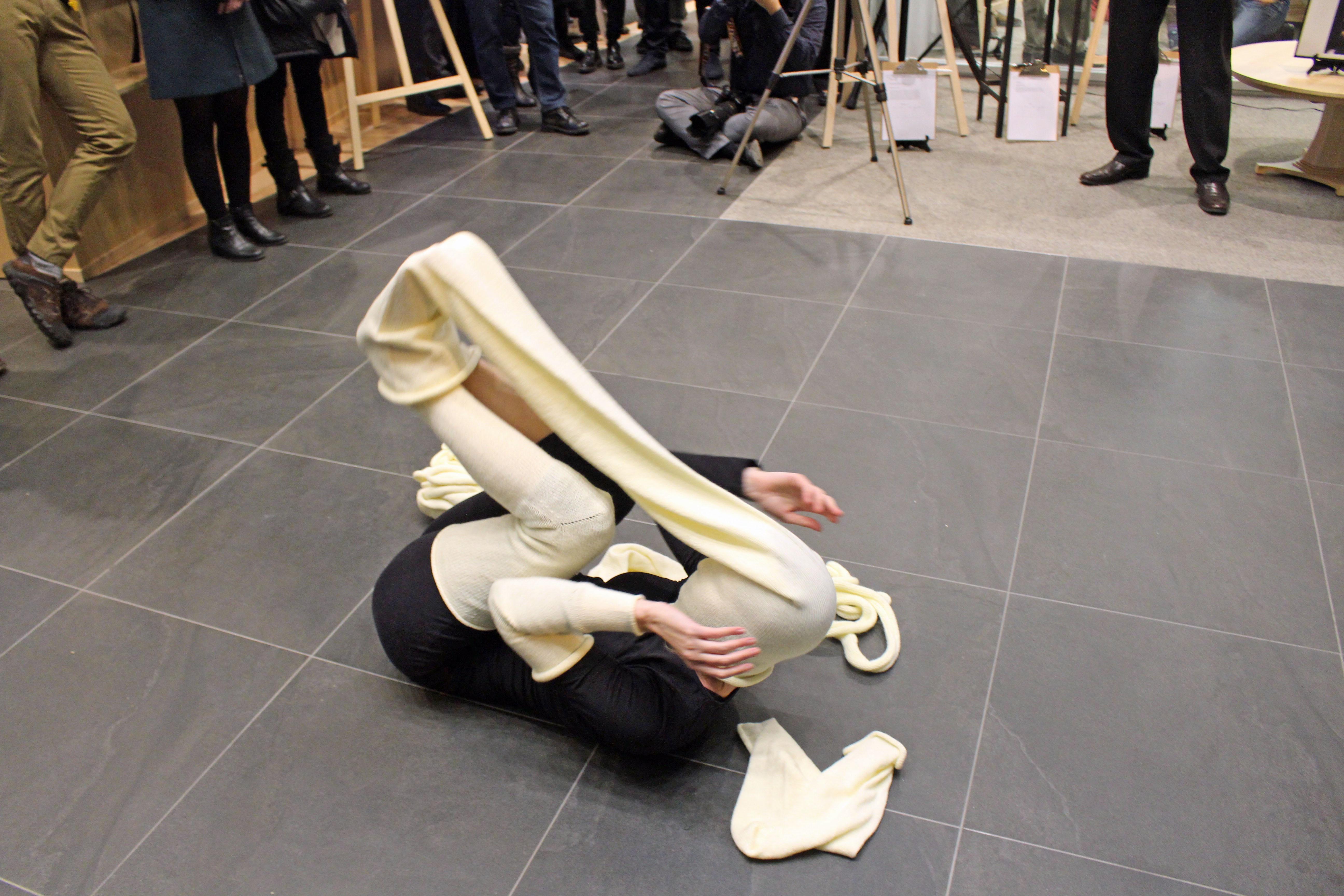 La soirée était rythmée de performances artistiques, notamment de l'artiste Julie Lassonde