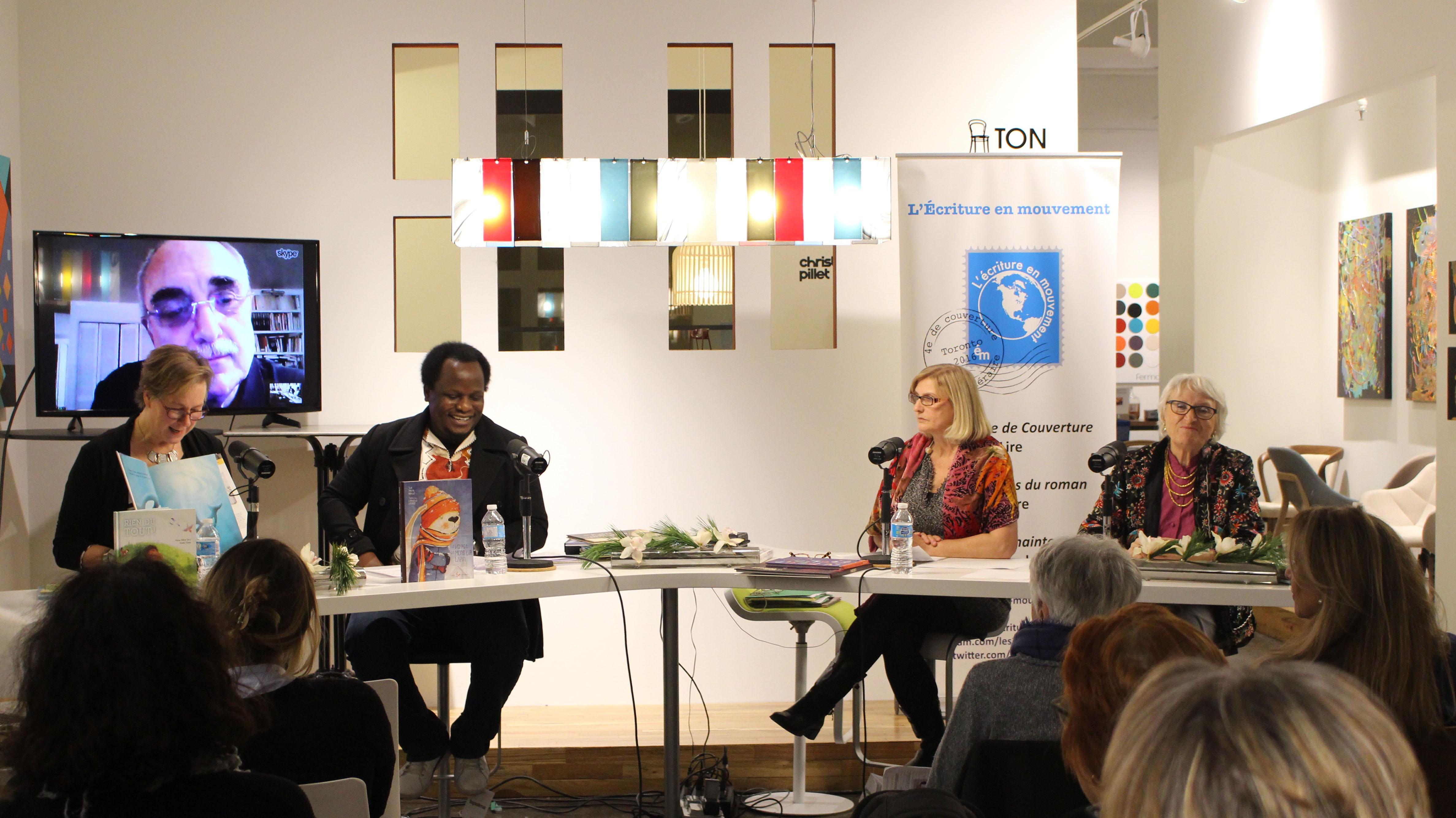 Anne Forrest_Wilson entouré des chroniqueurs : Catherine Chereau- Sharp, Elvis Nouemsi (à gauche) et Christine Klein-Laud ( à droite)